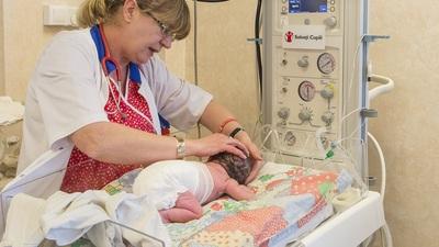 Dr. Ognean, lângă aparatul de masa radiantă cu modul de resuscitare  © Daniel Bălţat