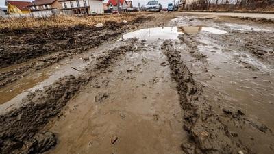 FOTO: Dezastru pe Drumul Ocnei. Prim?ria anun?? c? strada va intra în repara?ie în curând
