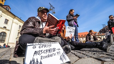 "Protest prin cultur?: 30 de sibieni au ie?it la ""Ora de lectur?"", în Pia?a Mare"