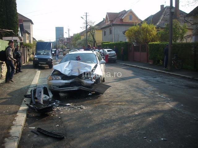 ULTIMA ORĂ – Doi răniţi într–un accident, la intersecţia străzilor Octavian Goga şi Mihail Sebastian - GALERIE FOTO