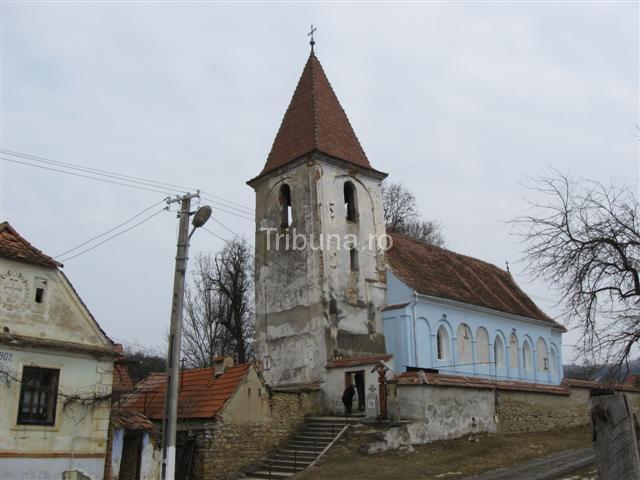 Biserica din Săsăuş: un turn înclinat, multe crăpături şi o pictură de fraţii Grecu