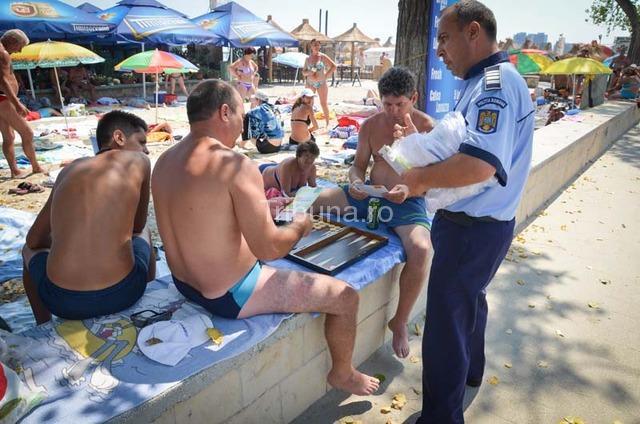 Cadouri pentru turiştii de pe litoral, de la IPJ Sibiu