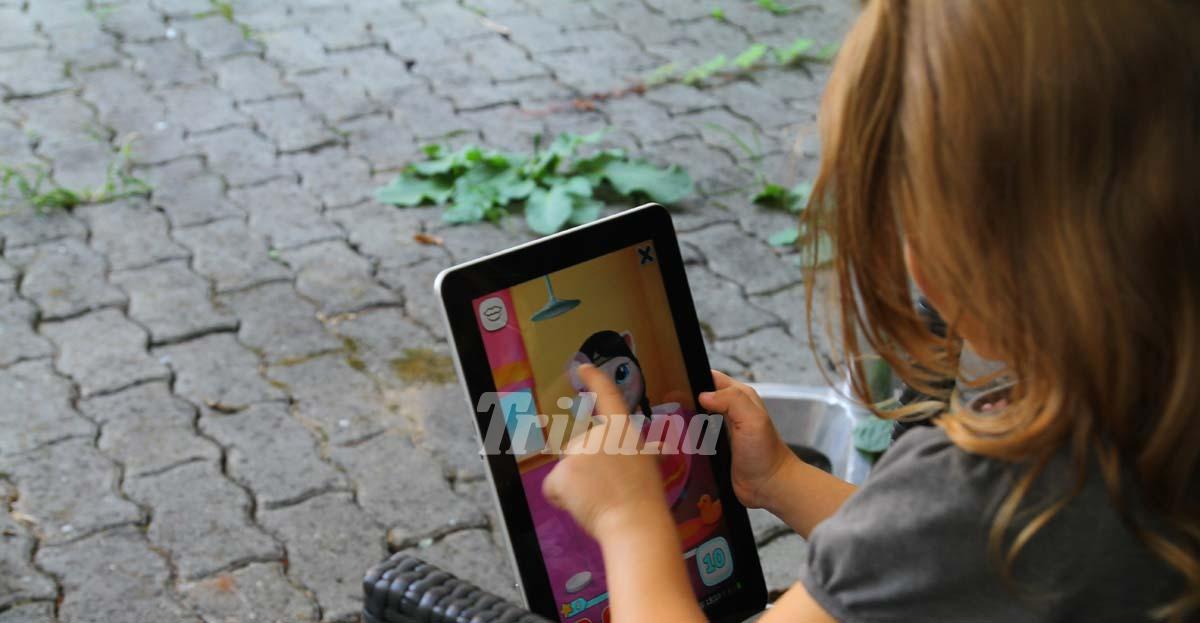 Dependenţa de smartphone şi tabletă, boala care  face ravagii printre elevi