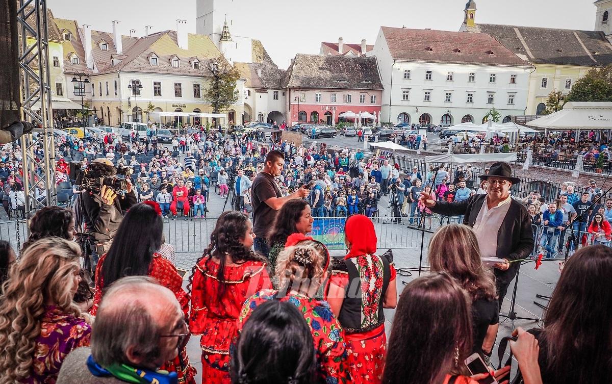 Romii și-au recitat și cântat poezia, în Piața Mică