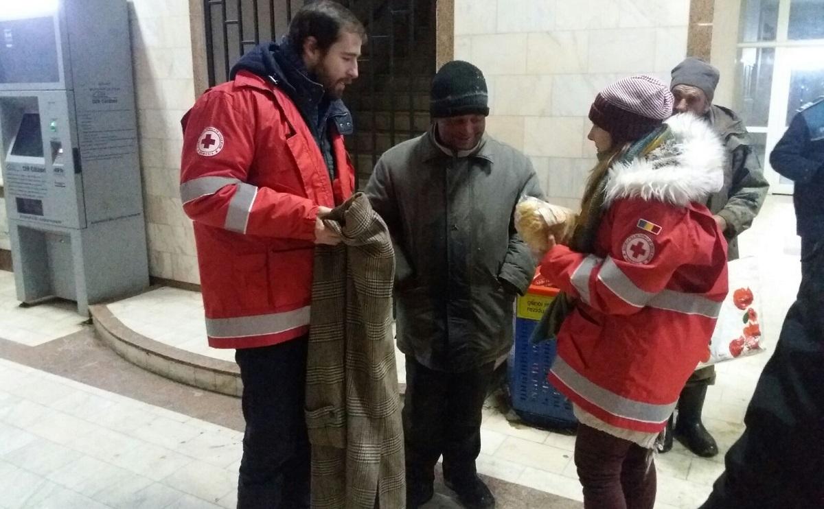 FOTO: Zece persoane fără adăpost, ajutate de poliţişti şi de voluntarii Crucii Roşii