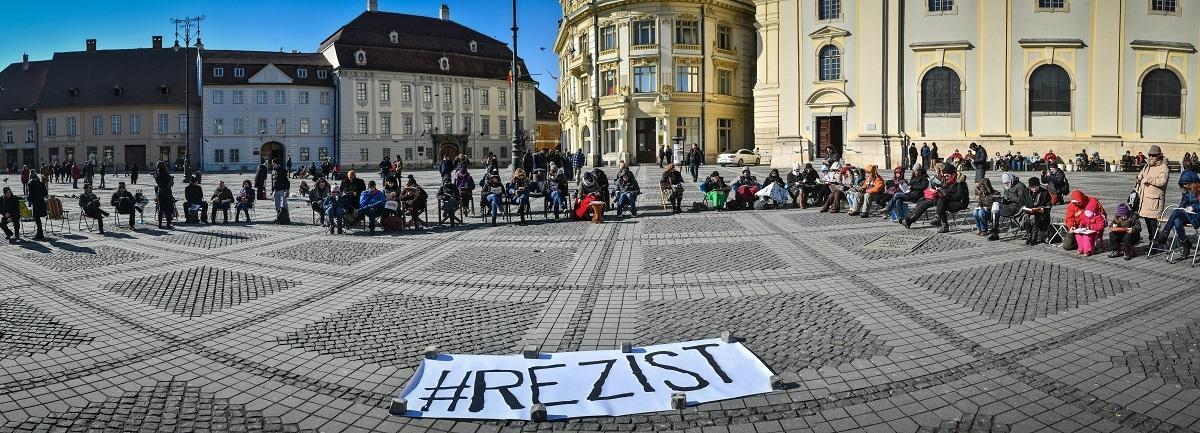 Manifestanţii de la Sibiu schimbă foaia. Tactică nouă pe termen lung: proteste duminicale!