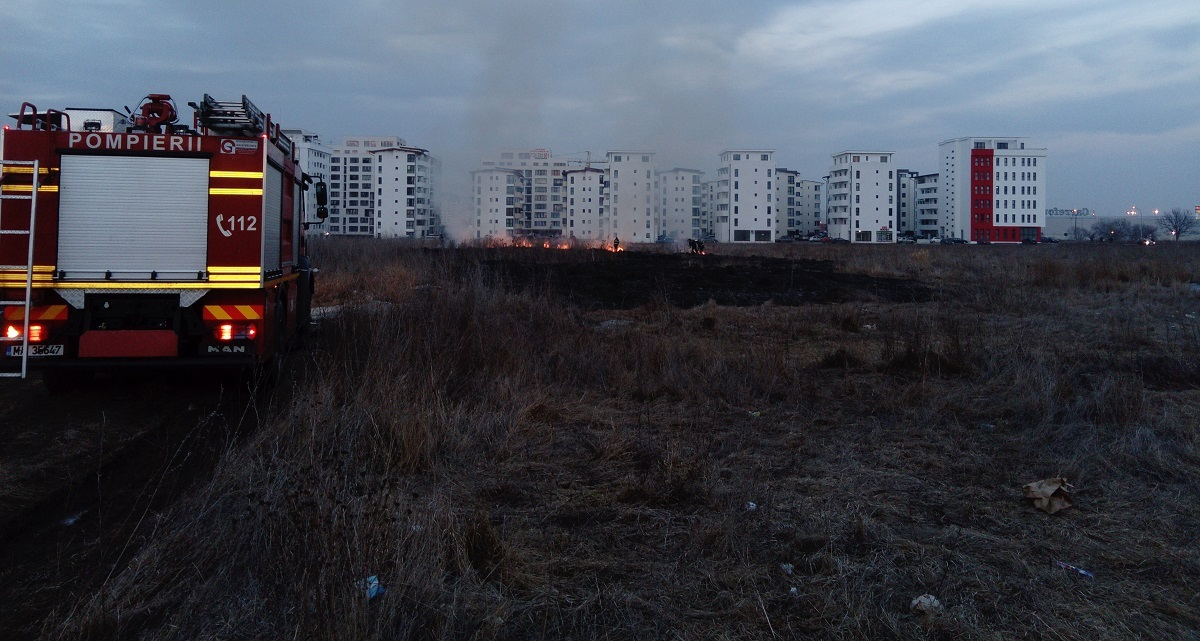 FOTO: Incendiu lângă blocuri, între Sibiu şi Şelimbăr