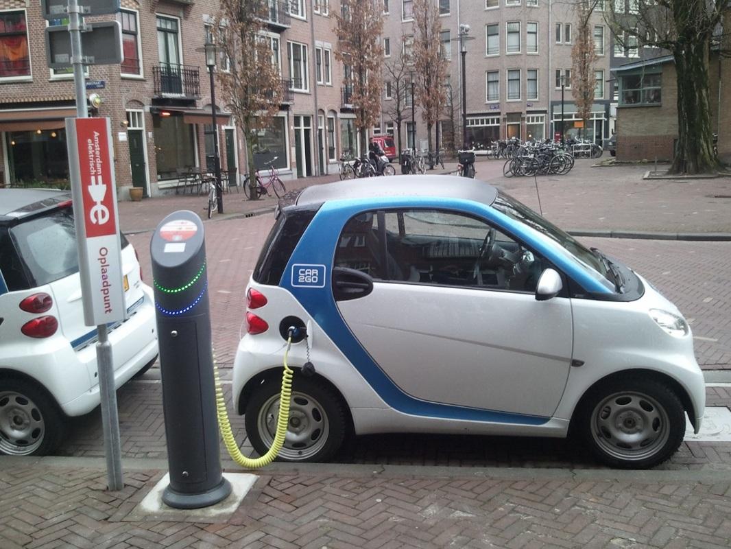 Cumpărătorii de maşini electrice 100% primesc 10.000 de euro de la stat. Pentru hibrid, voucherul e de 20.000 de lei!