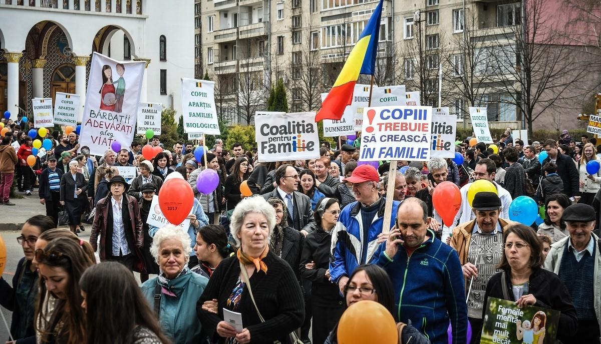 """FOTO-VIDEO: 1.000 de persoane, la marșul pentru viață din Sibiu: """"Familia este de la Dumnezeu"""""""