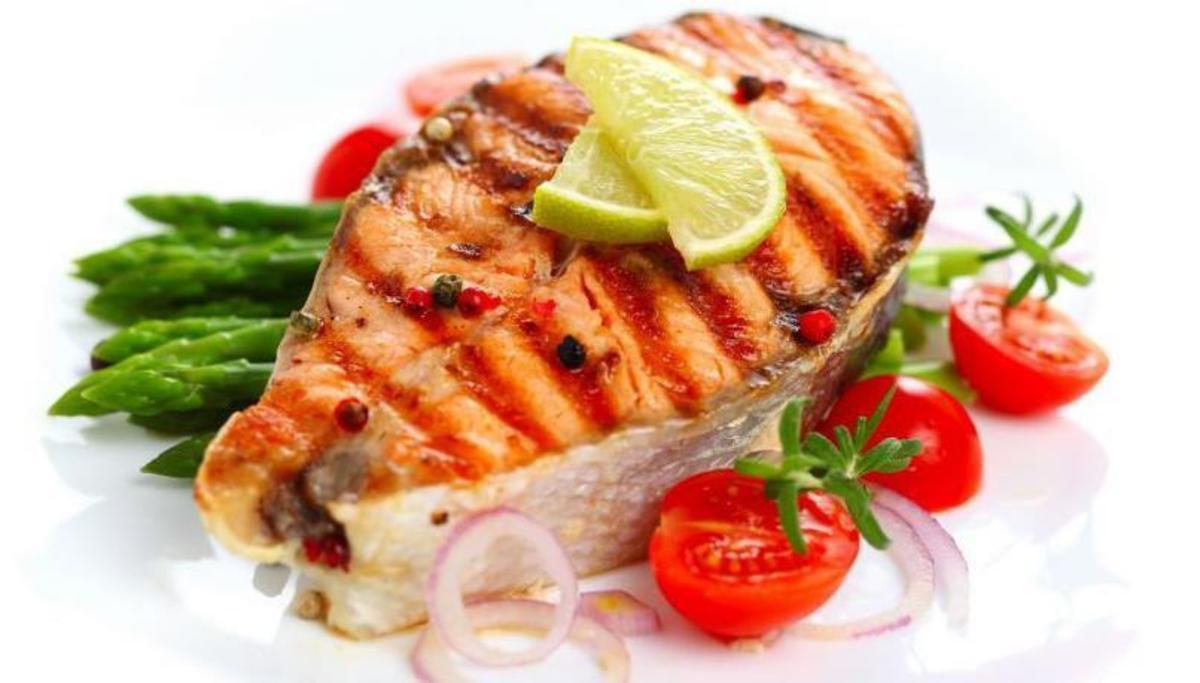 Peşte gratinat, cu sos de roşii