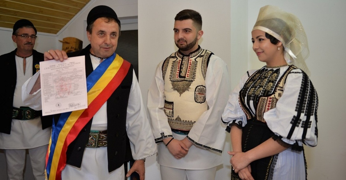 Traian Stoiţă,  îmbrăcat  în costum popular şi la propria nuntă
