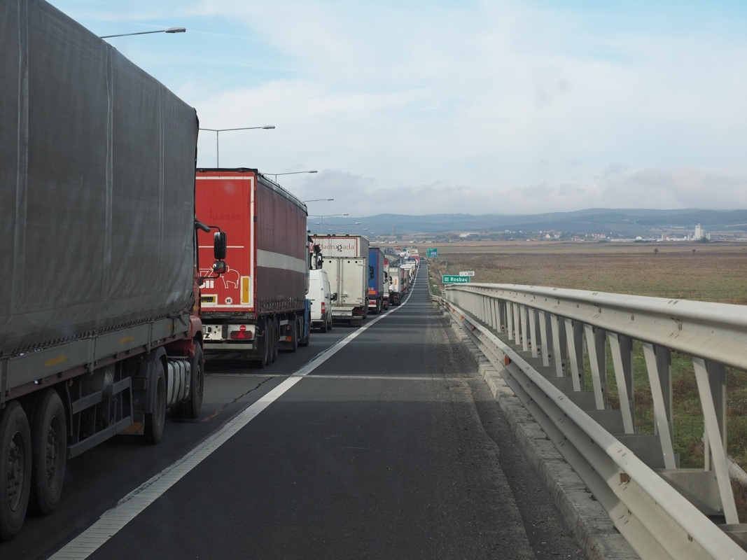 Încă un transport de mare tonaj traversează Sibiul, pe autostradă