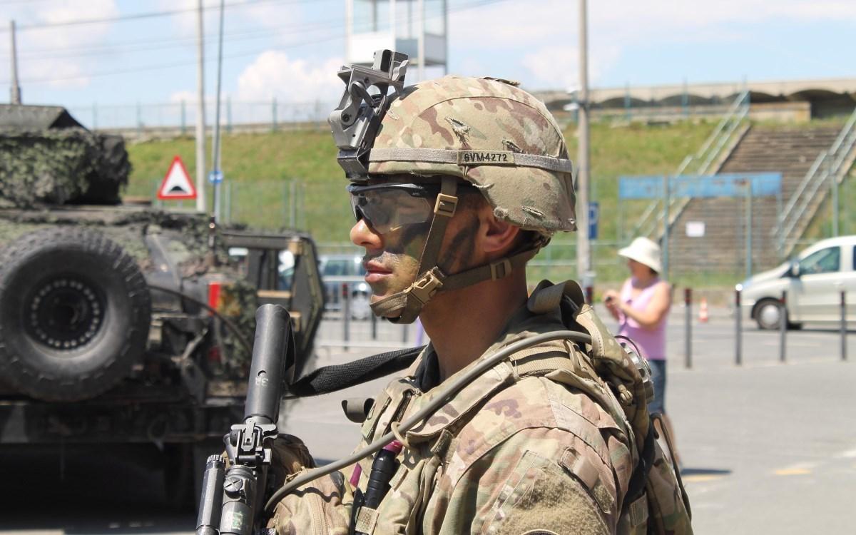 FOTO: Alături de militarii americani şi români, printre blindatele americane şi române de la Sala Transilvania