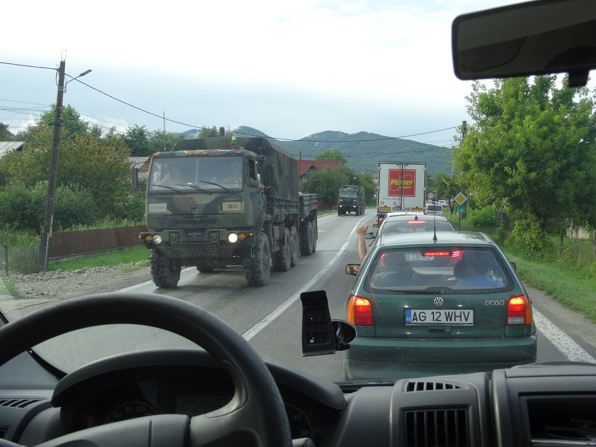 FOTO. Accident pe Valea Oltului. Trafic îngreunat și din cauza camioanelor militare