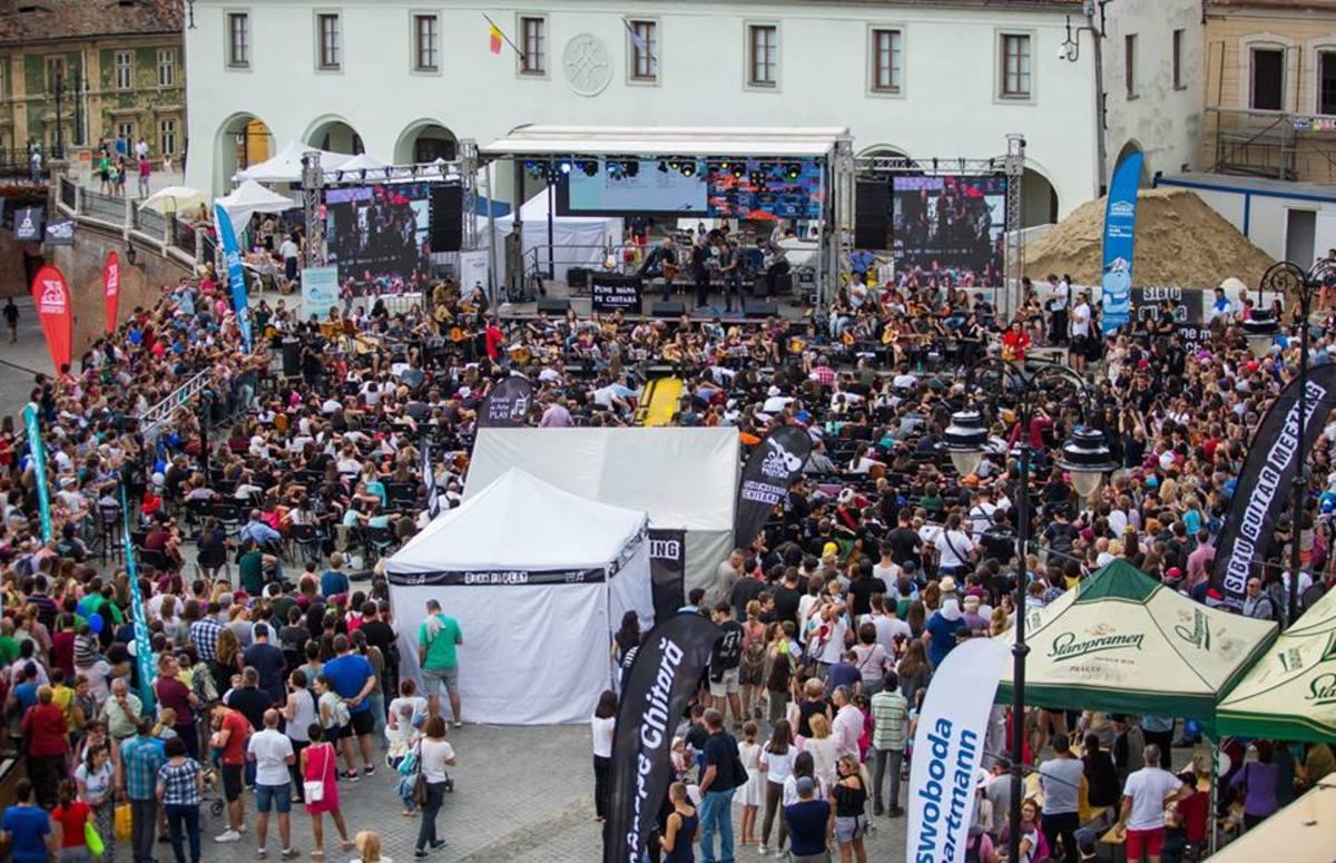 Cei 380 de chitariști din Piața Mică, apreciați de Compact și Holograf pe rețelele de socializare