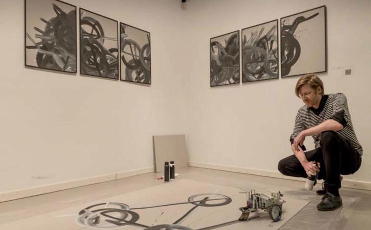 În Cisnădioara un artist pictează cu ajutorul roboţilor