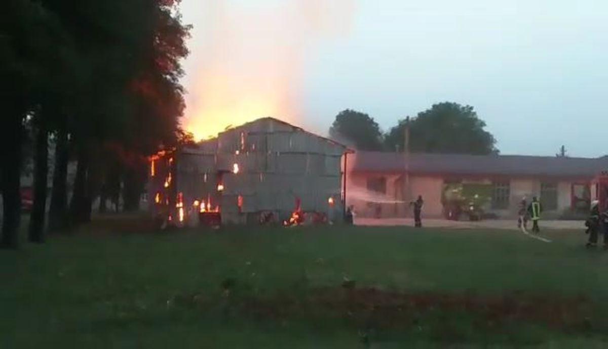 FOTO: Pompierii s-au luptat ore în șir cu focul la un depozit de baloți