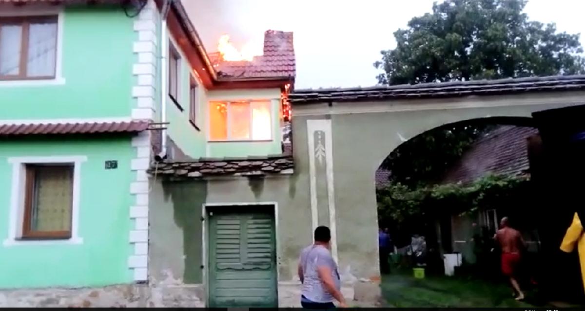 VIDEO: Casă cuprinsă de incendiu din cauza unui fulger, în Porumbacu de Jos