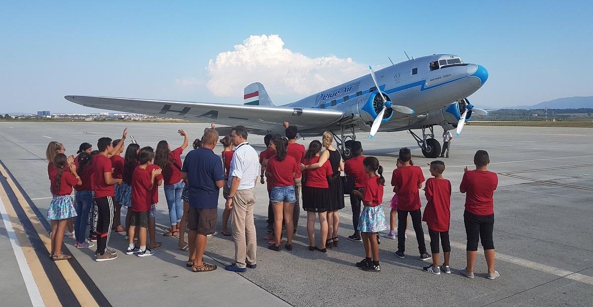 30 de copii din familii defavorizate au zburat de pe Aeroportul Sibiu cu o aeronavă unică în Europa