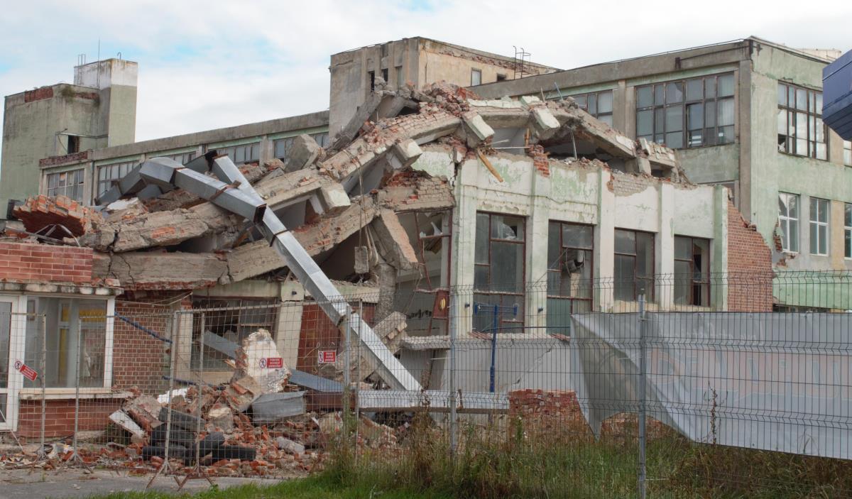 FOTO: Adio Balanţa! Se demolează şi halele din dreapta Căii Guşteriţei