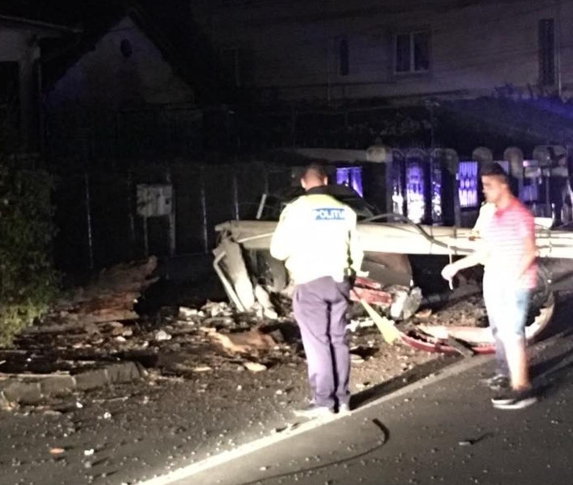 Şofer băut, a rupt un stâlp şi a fugit de la locul accidentului