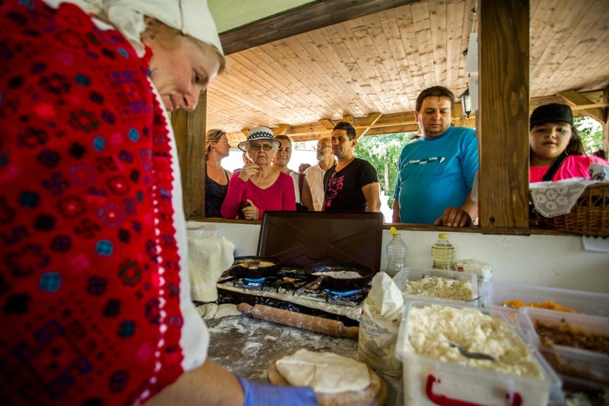 FOTO: Sibienii, invitaţi să îşi umple cămările, la Ziua Recoltei, în Muzeul Satului
