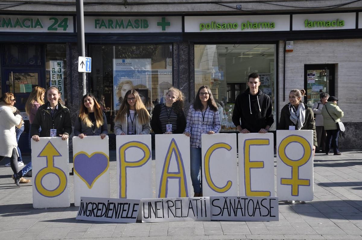 Sibienii formează un lanț uman în centrul orașului, de Ziua Păcii