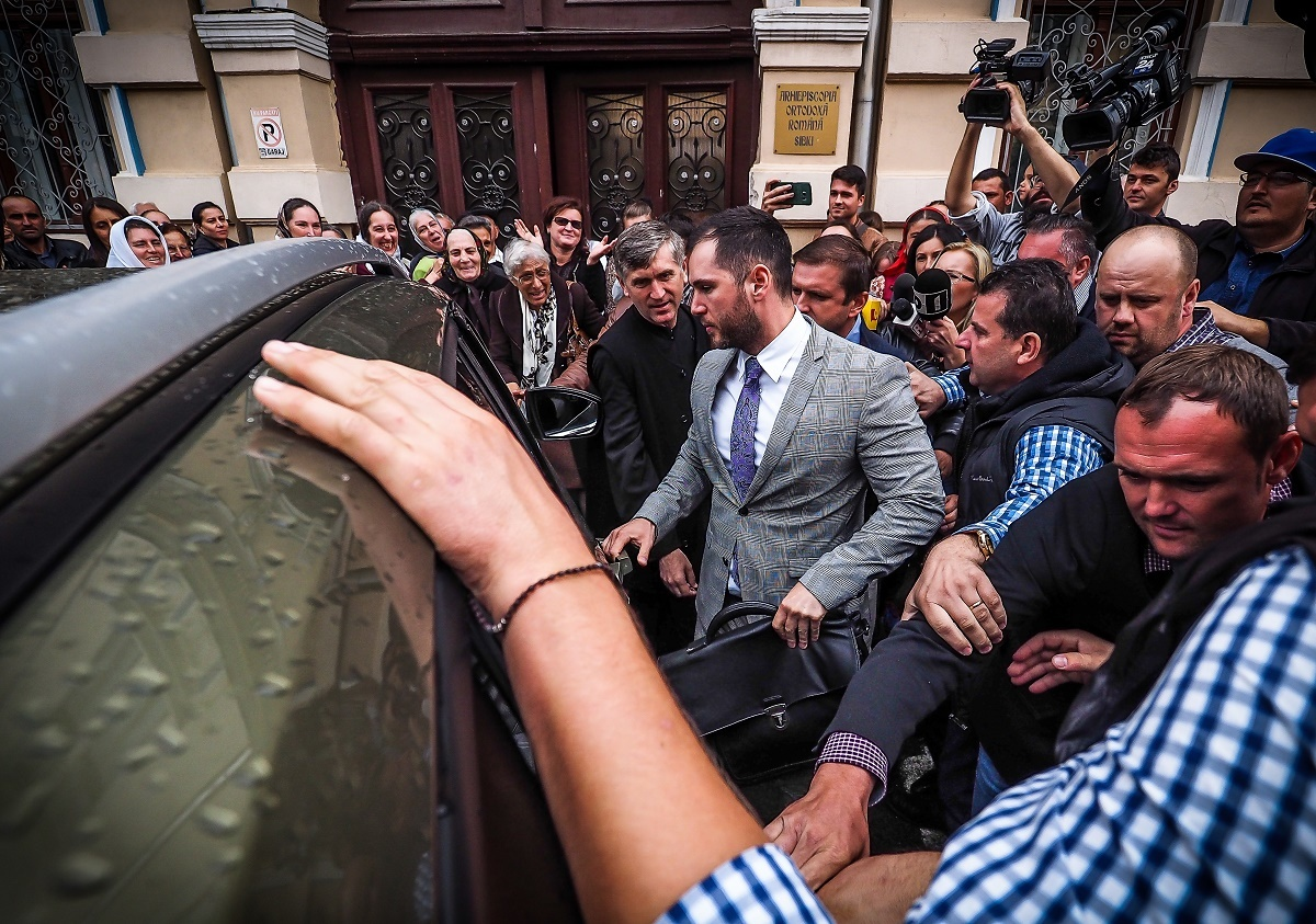 VIDEO: Îmbulzeală și oameni loviți la ieșirea de la judecată a lui Cristian Pomohaci. 5 octombrie, noul termen de judecată!