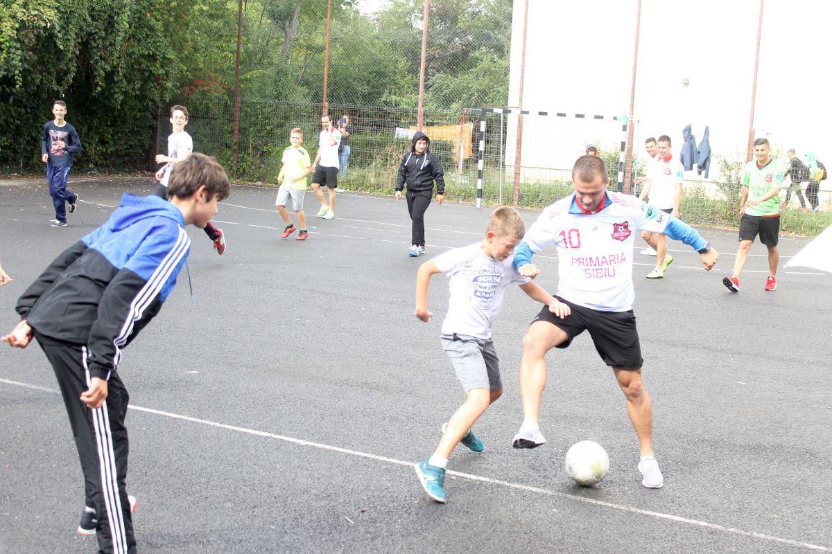 """(FOTO) FC Hermannstadt promovează fotbalul în rândul elevilor. Sibienii au jucat la Școala Gimnazială """"N. Iorga"""""""