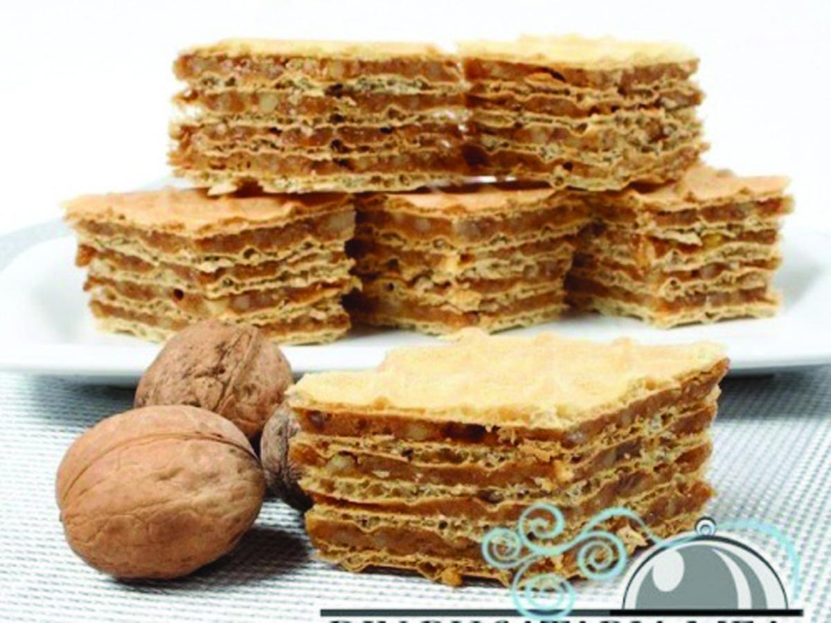 Prîjitură cu foi de napolitană, nuci și biscuiți