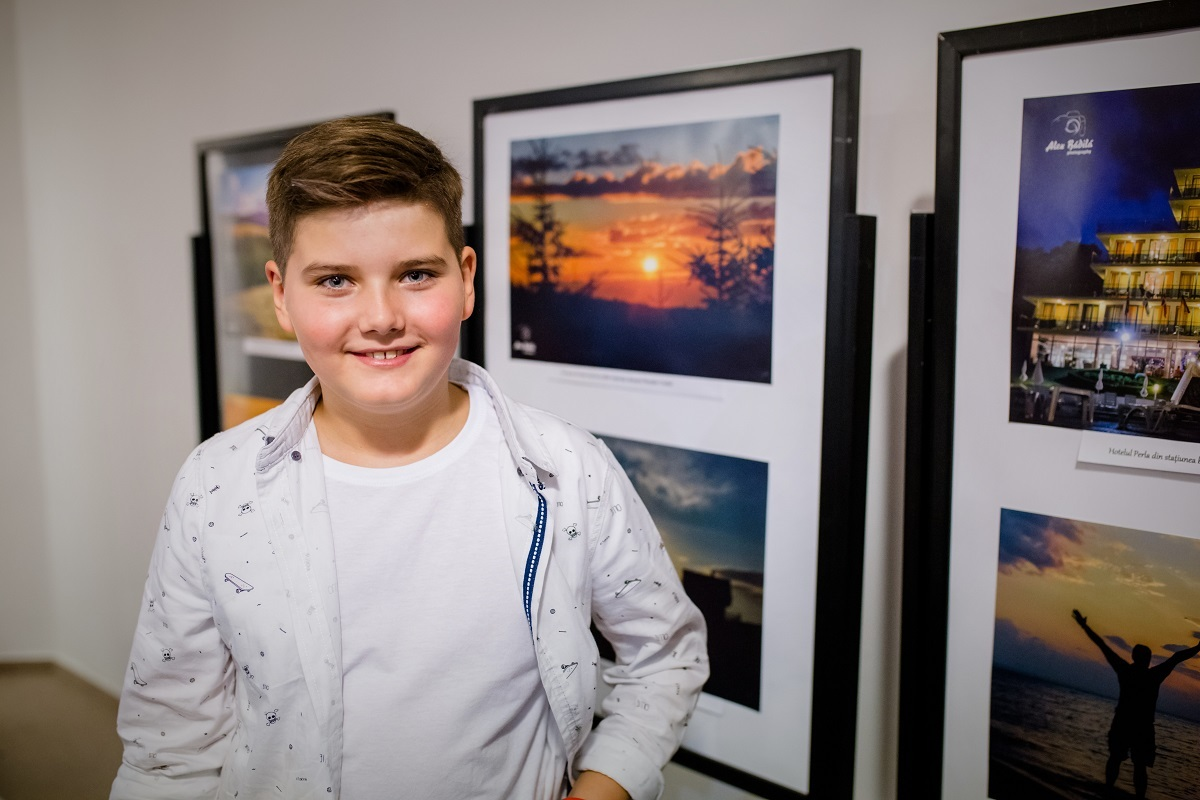 """Expoziție de fotografie la 10 ani: """"Prin obiectivul aparatului, viața e mult mai frumoasă și oamenii sunt mult mai buni"""""""
