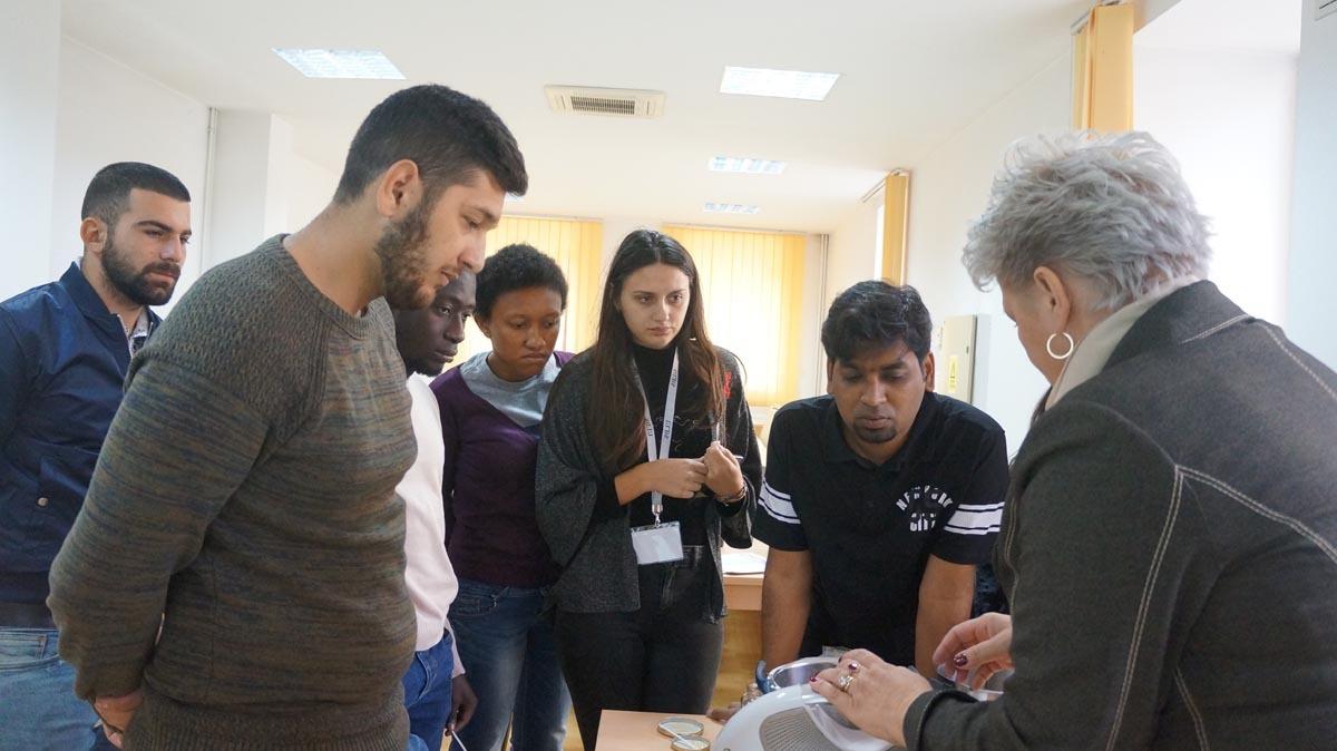 Studenţi sibieni pregătesc alimente inovative în cadrul KNOWinFOOD