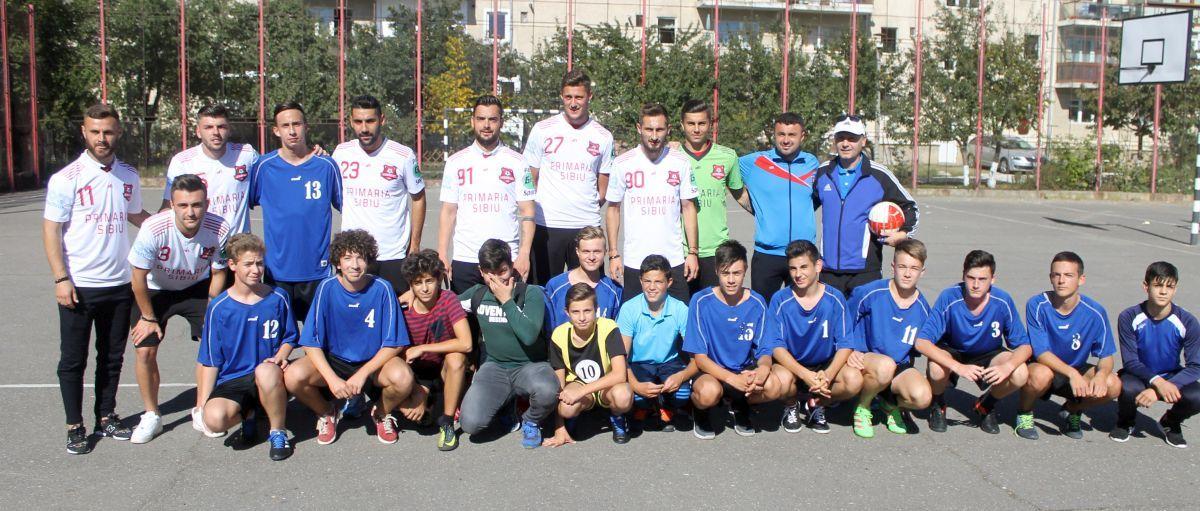 """(FOTO) FC Hermannstadt continuă campania de promovare a fotbalului în școli. În vizită la Liceul Teoretic """"Onisifor Ghibu""""!"""
