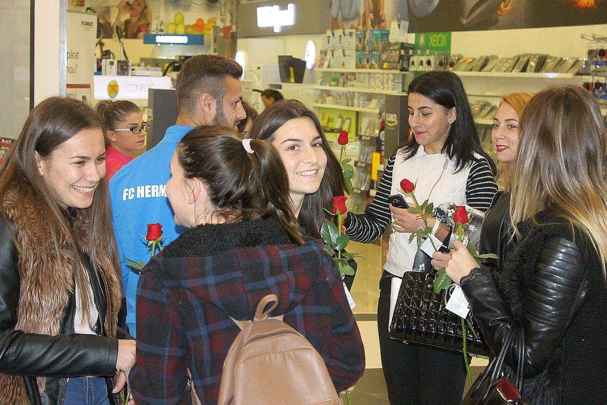 (FOTO) Jucătorii şi antrenorii echipei FC Hermannstadt au împărţit flori, dulciuri şi autografe în Carrefour