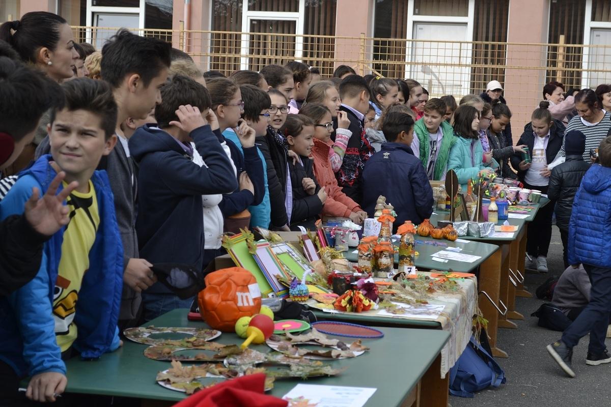 500 de elevi ai Școlii Gimnaziale