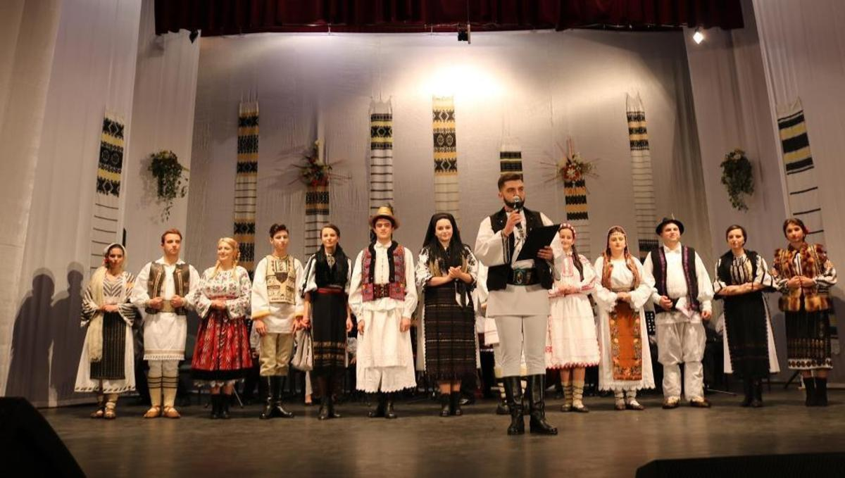 """""""Cânt şi joc pe Hârtibaci"""" - al XXII-lea regal folcloric, pe scena din Agnita"""