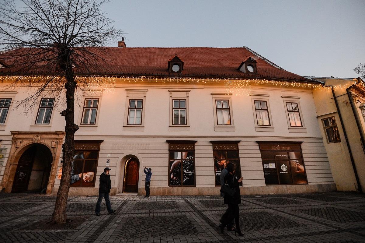 FOTO: Veste bună pentru cafegiii din Sibiu:  Starbucks deschide o cafenea în centrul orașului