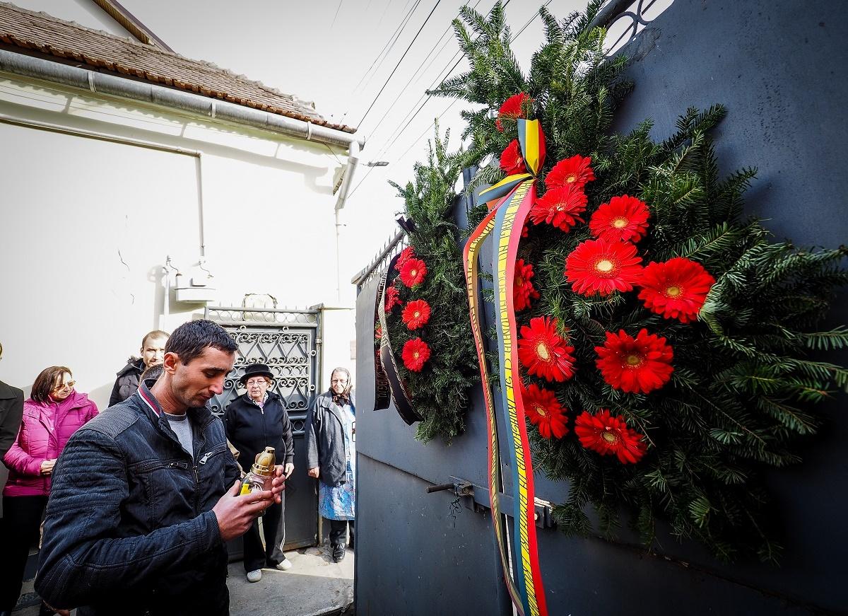 VIDEO: Coroane de flori și lumânări, în Slimnic, la casa unde a locuit Stela Popescu: