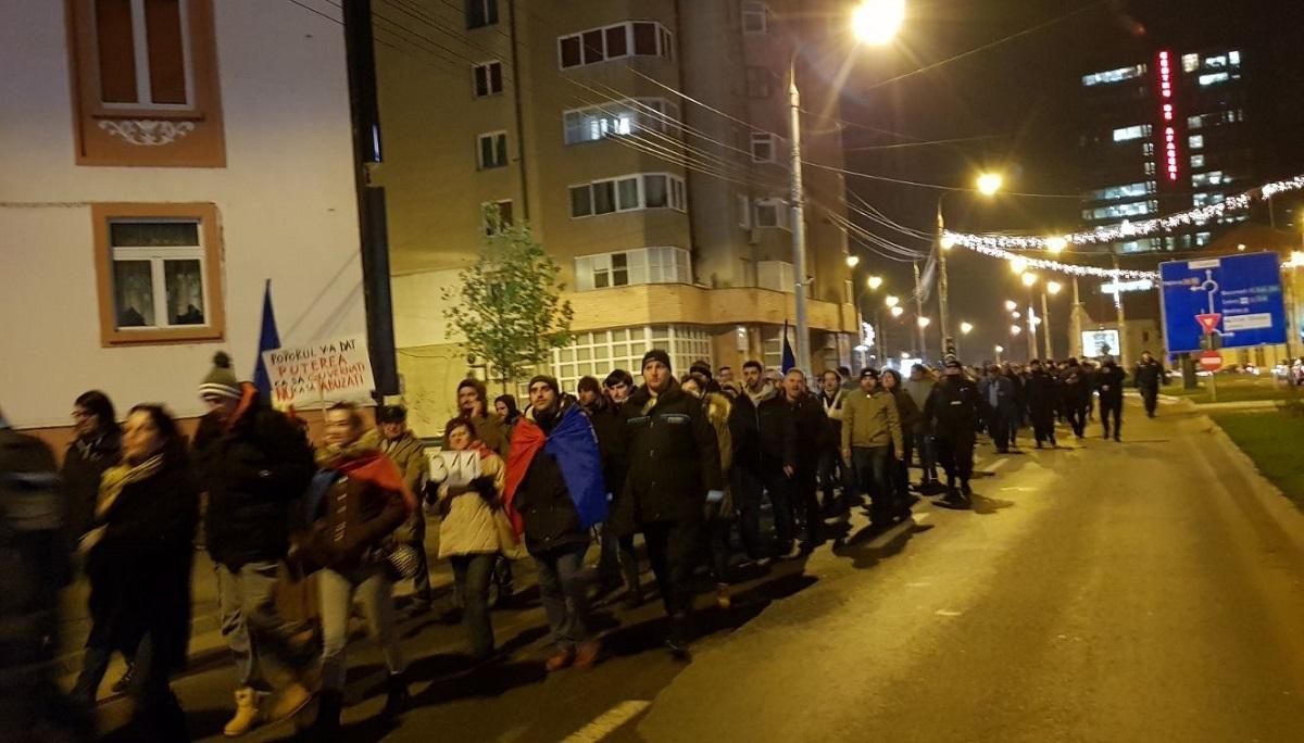 """Peste 500 de sibieni protestează împotriva adoptării legilor Justiției: """"Nu suntem o nație de hoți"""""""