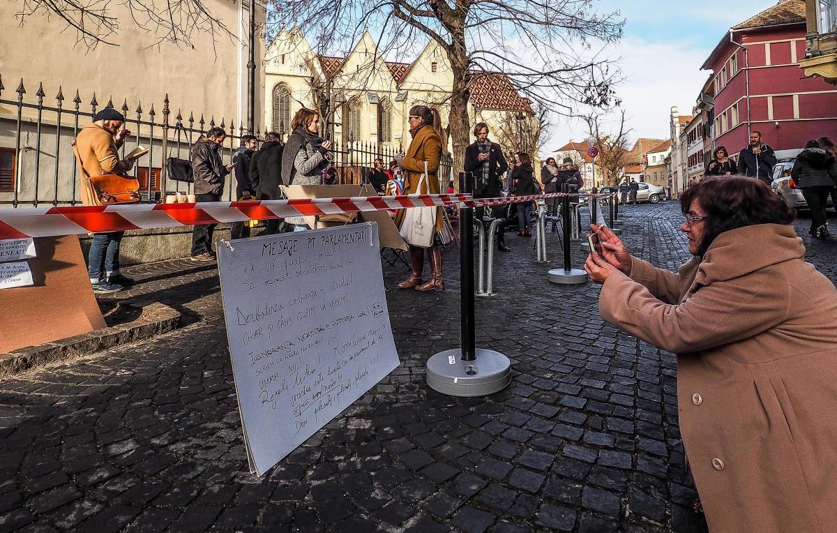 """PSD Sibiu, despre protestul din faţa sediului: """"Sibienii îşi doresc să trăiască în siguranţă într-o ţară civilizată!"""""""