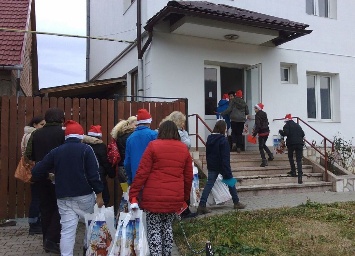 Elevii Centrului Școlar de Educație Incluzivă Turnu Roșu au colindat bunicuții de la