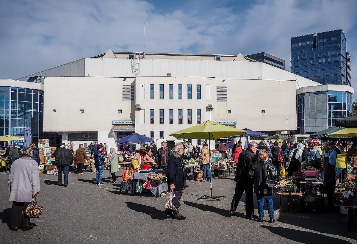 Piața Transilvania, deschisă mai multe zile de sărbători. Cumpărătorii, întâmpinați cu colinde