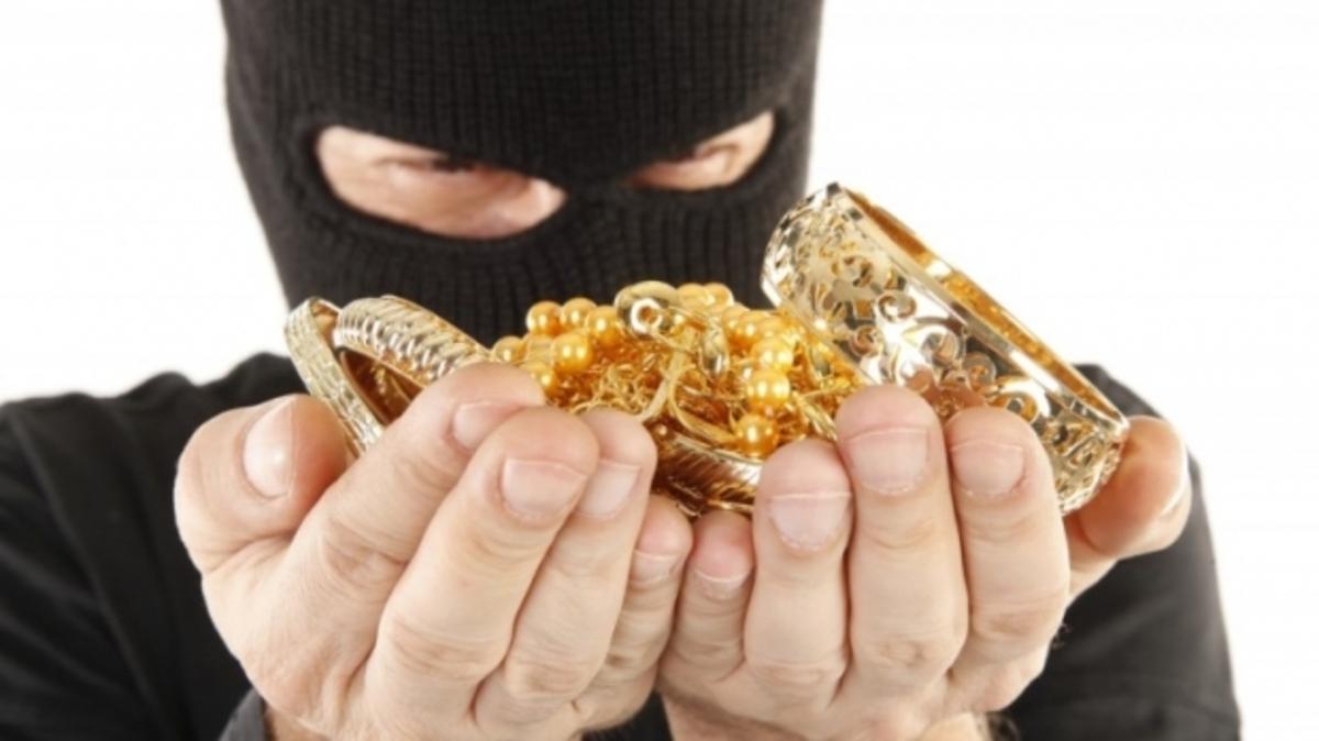 Casă spartă în Mediaș. Hoții au furat mii de lei și bijuterii din aur