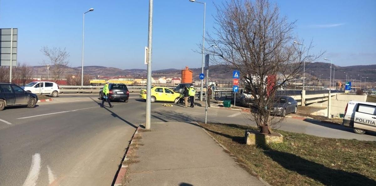 Pasageră din taxi, rănită după ce mașina a intrat în parapeții viaductului din Vasile Aaron