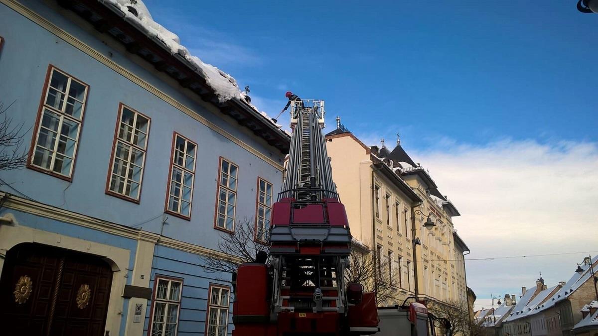 Pericol pe strada Mitropoliei! Pompierii au intervenit pentru înlăturarea zăpezii de pe acoperiş