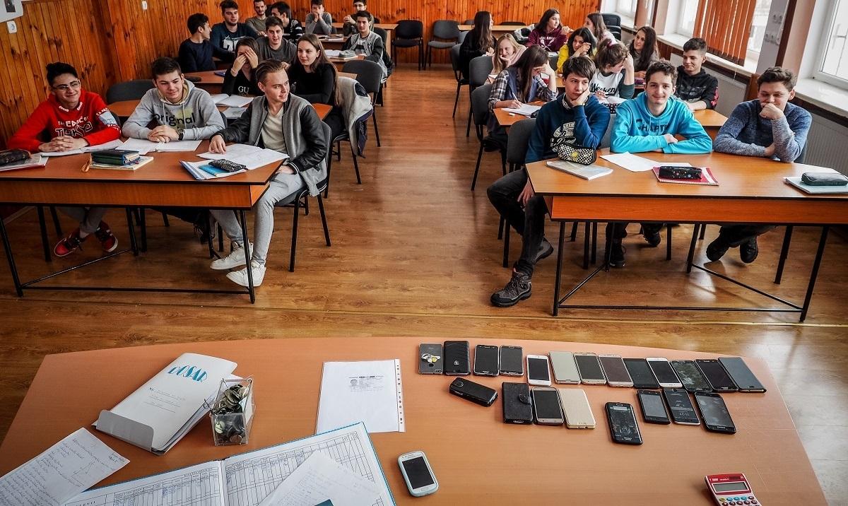 Elevii de serviciu, înlocuiți de gardieni și profesori. Telefoanele mobile rămân pe catedră sau în cutii