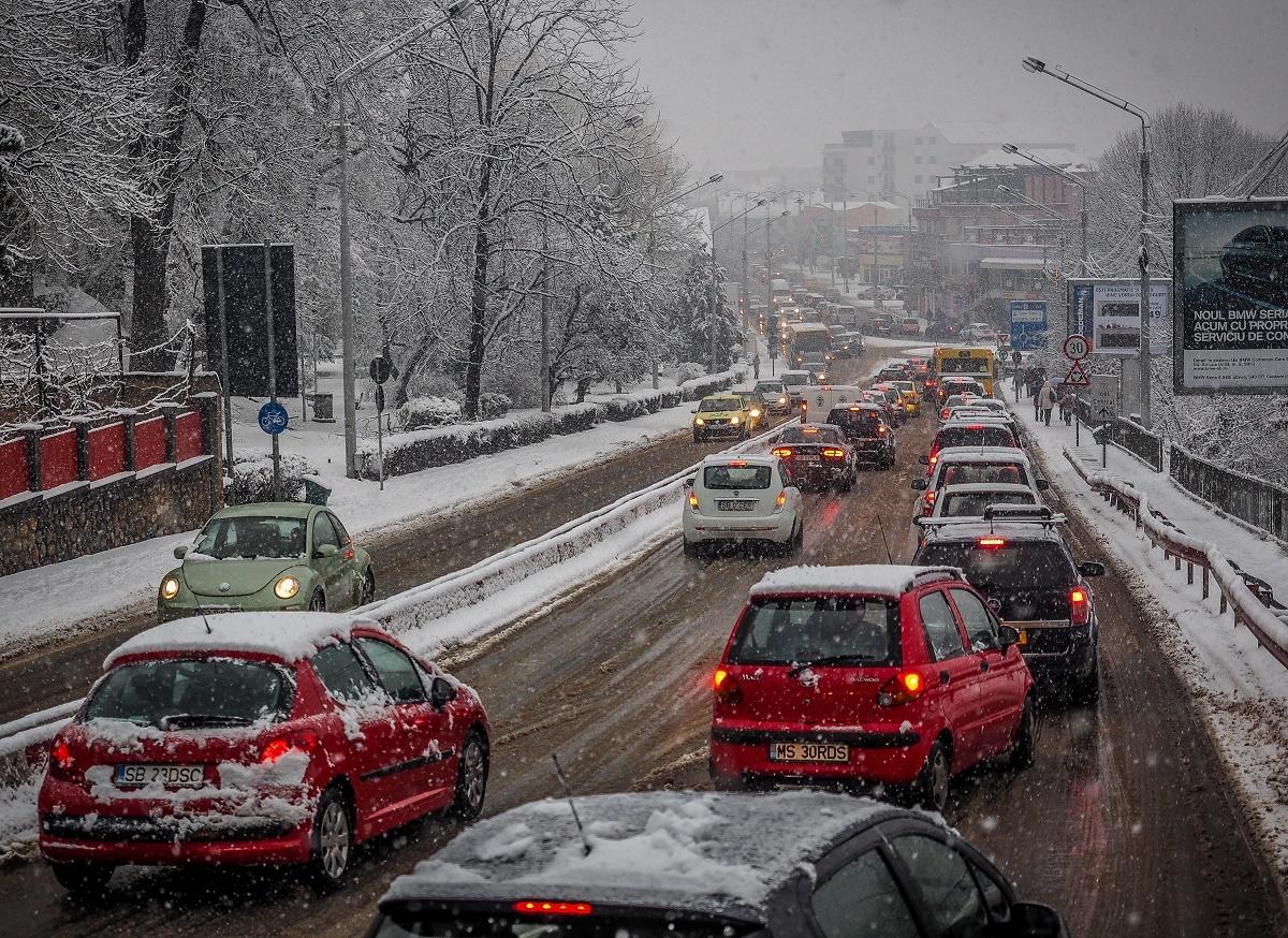 Circulație în condiții de iarnă în județul Sibiu; polițiștii le recomandă șoferilor răbdare și să circule cu viteză redusă