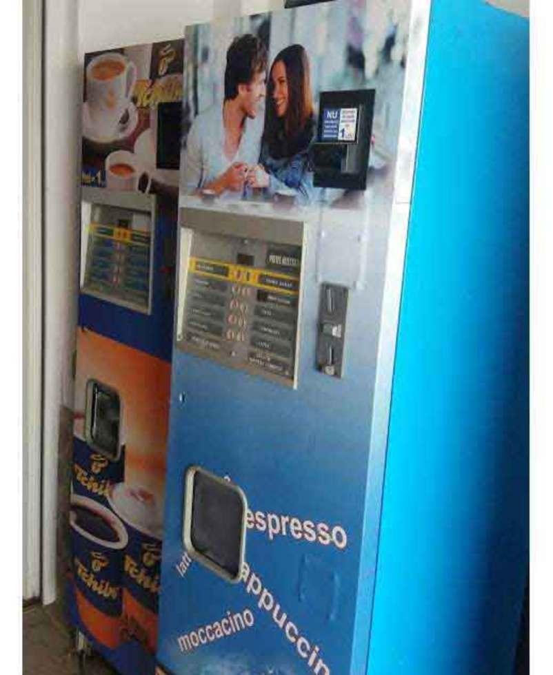 A furat bani dintr-un automat de cafea