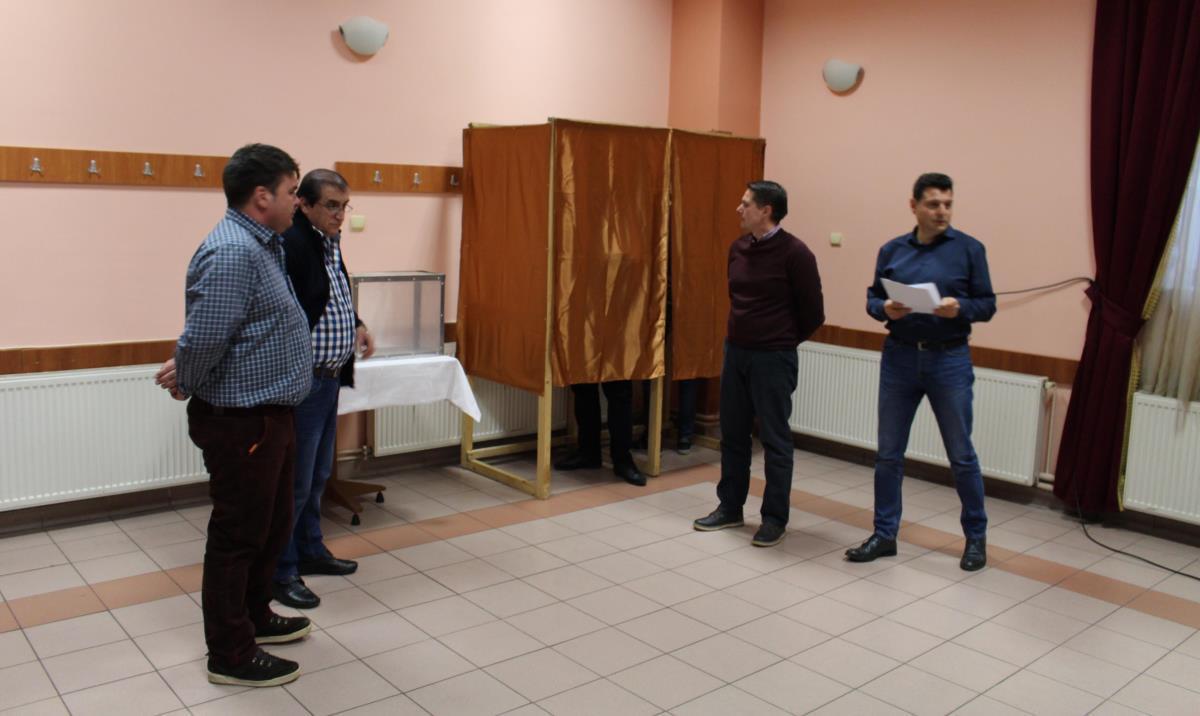 Cabine de vot pentru aleşii locali, la Avrig