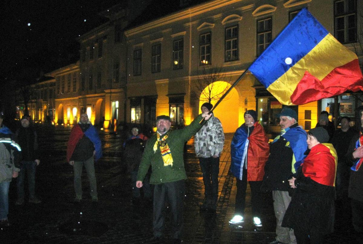 Protest cu aproximativ 35 de persoane, pentru susţinerea DNA